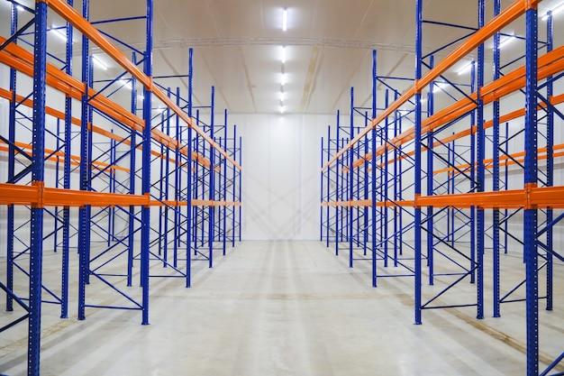 倉庫産業の空のラック