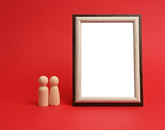 空の長方形の空白の木製フレーム、赤い背景、コピースペース