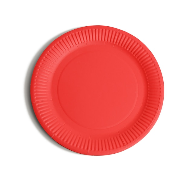 Пустые красные бумажные одноразовые тарелки на белом фоне, вид сверху. концепция отказа от пластика, охрана окружающей среды