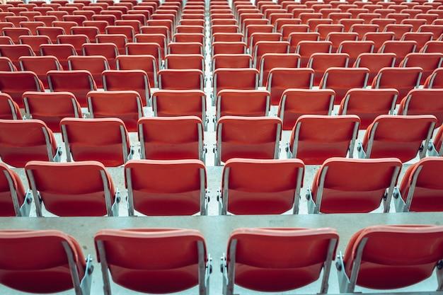 サッカースタジアムの空の赤い席