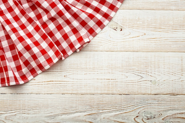 木製のテーブルトップビューの空の赤いテーブルクロス