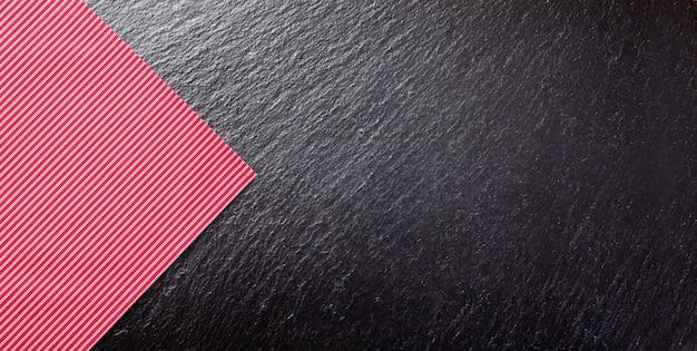 黒のテーブルに空の赤いテーブルクロス