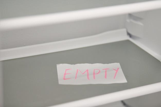 Концепция пустой холодильник. пустые полки нового холодильника. концепция диеты потери веса.