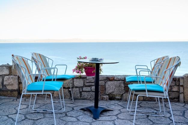 アフィトス、ハルキディキ、ギリシャの空のレストランテラステーブル