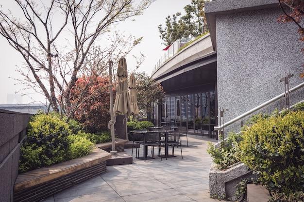 Un ristorante con terrazza vuoto