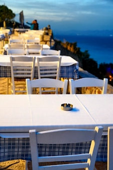 ギリシャ、アフィトスの通りにテラス付きの空のレストラン