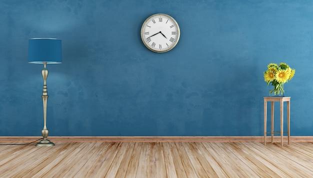 Пустая ретро-комната с синей стеной и торшером