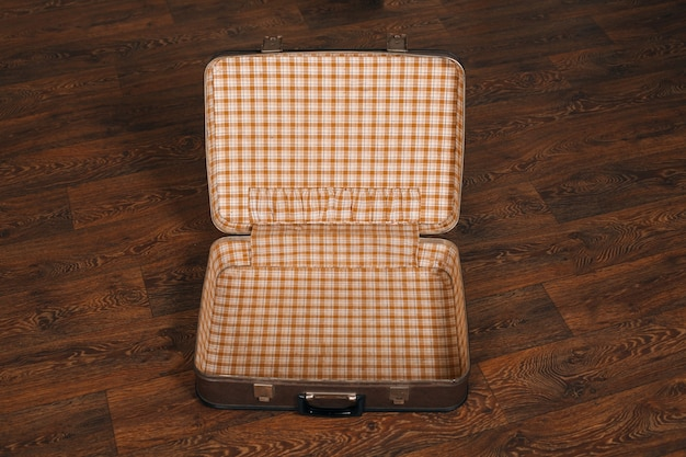 Пустой ретро чемодан на полу.
