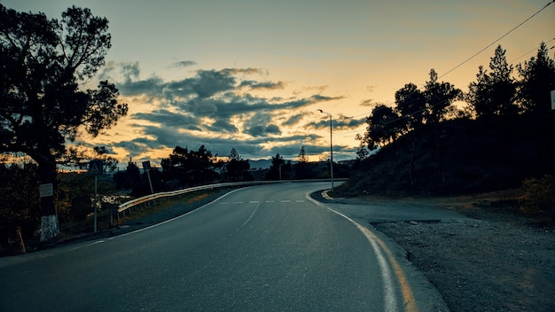 Пустая дорога на красивом закате