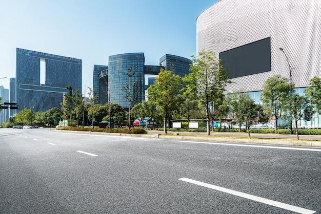 Пустая дорожная поверхность пола с современными городскими памятниками зданий ханчжоуской бухты skyline, чжэцзян, китай