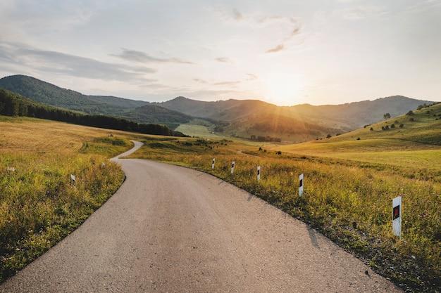 Пустая дорога шоссе в горах. небольшая узкая дорога в горах алтая.