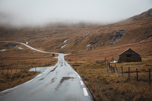 낮에 페로 제도 사막 지역의 빈 도로