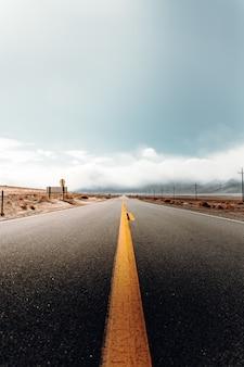 砂漠の風景の中の空の道