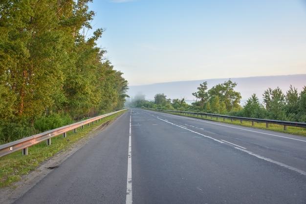 Пустая дорога ранним утром