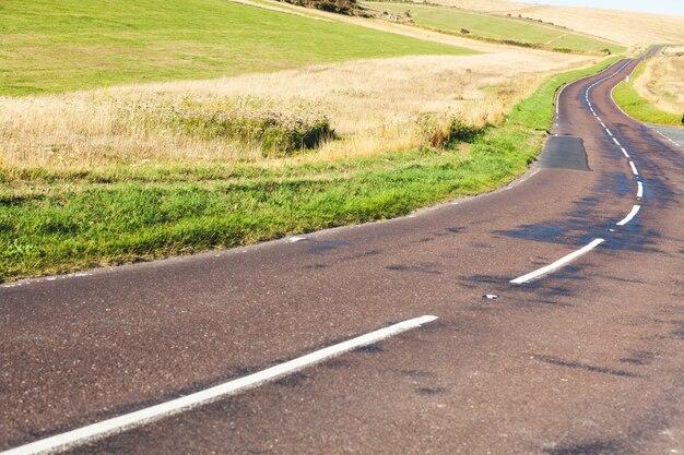 英語の田舎の空の道