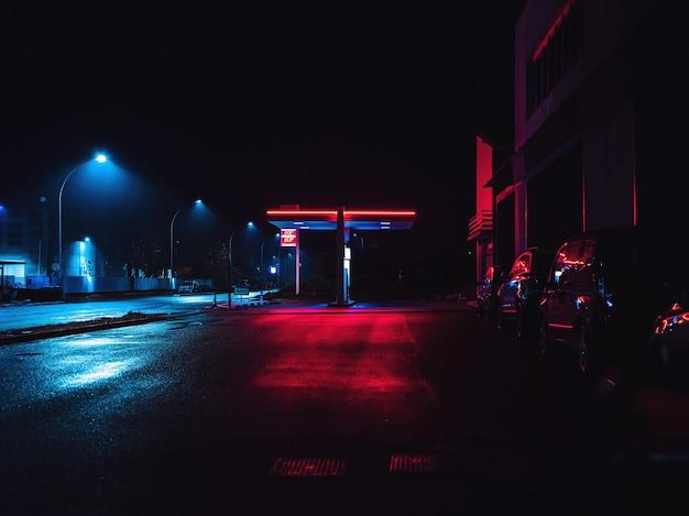 Strada vuota con luce nera