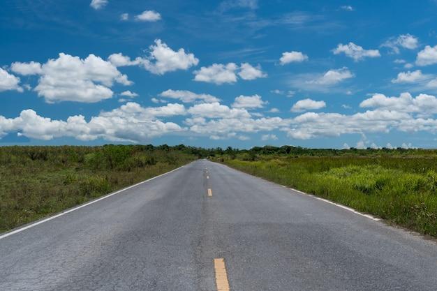 夏の青い空と白い雲のある空の道