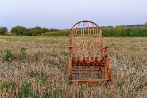 Пустое кресло-качалка на скошенном поле на закате плетеная композиция кресло-качалка спокойный момент