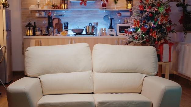 クリスマスイブのお祝いのために飾られた空の部屋