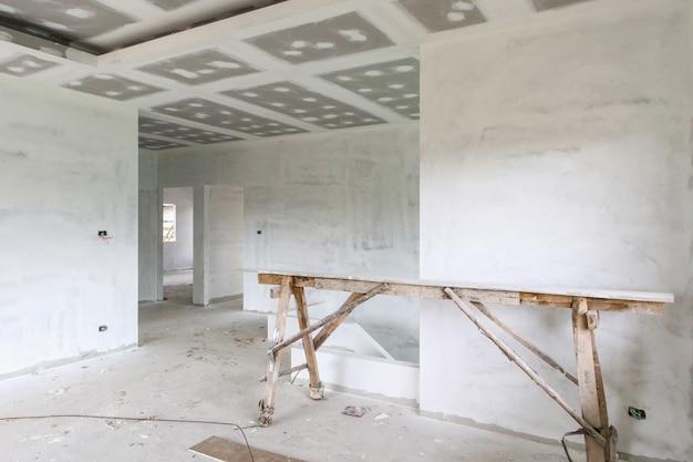 住宅建設現場で石膏ボードの天井と空の部屋のインテリア