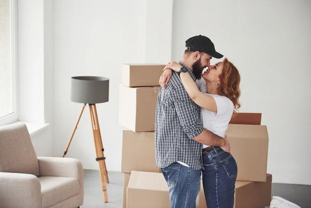 空の部屋はすぐにアイテムでいっぱいになります。彼らの新しい家で一緒に幸せなカップル。引っ越しの発想