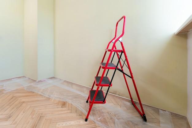 Пустое помещение с лестницей перед покраской стен