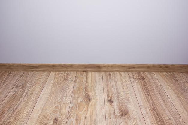 회색 벽과 나무 플로 빈 방