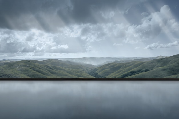 Пустая комната с видом на зеленые холмы на фоне темного неба