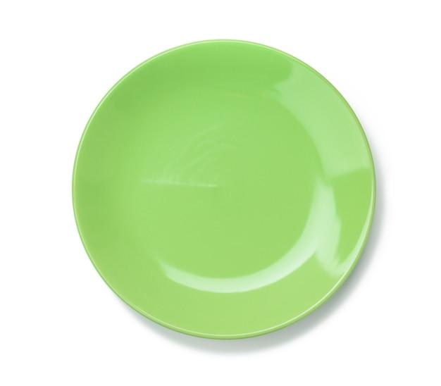 Пустая круглая зеленая тарелка для основных блюд, изолированные на белом фоне, вид сверху