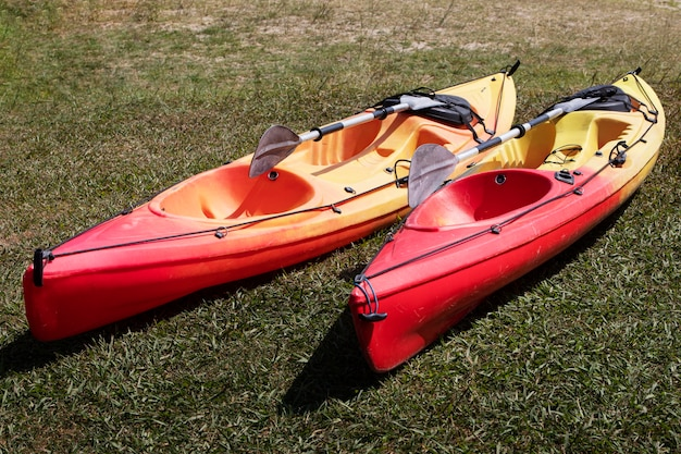草の中の空の手漕ぎボート