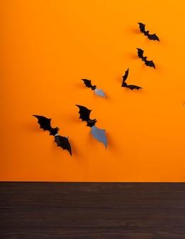 거미줄 배경, 박쥐와 거미줄, 할로윈 오렌지 배경 앞 빈 소박한 테이블