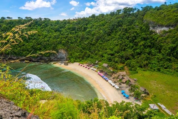 열대 섬에 빈 모래 해변