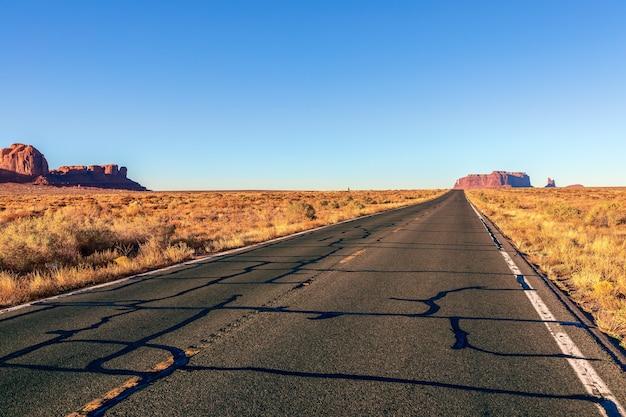 모뉴먼트 밸리로 이어지는 빈 경치 좋은 고속도로 (163 번 고속도로). 미국 애리조나.