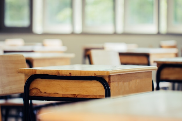 空の学校の教室に机と椅子