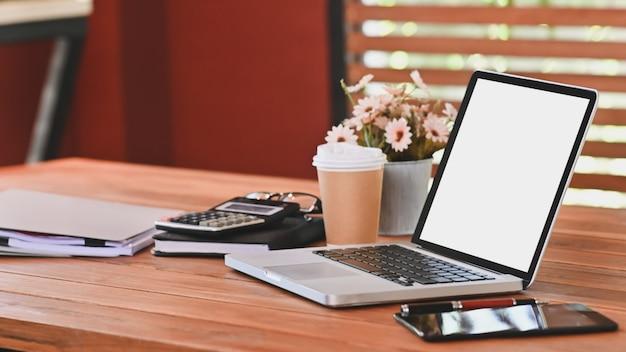 나무 테이블에 사무 용품 빈 화면 노트북 컴퓨터.