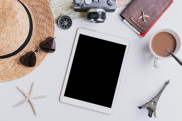 Интеллектуальное устройство с пустым экраном и аксессуарами для путешествий