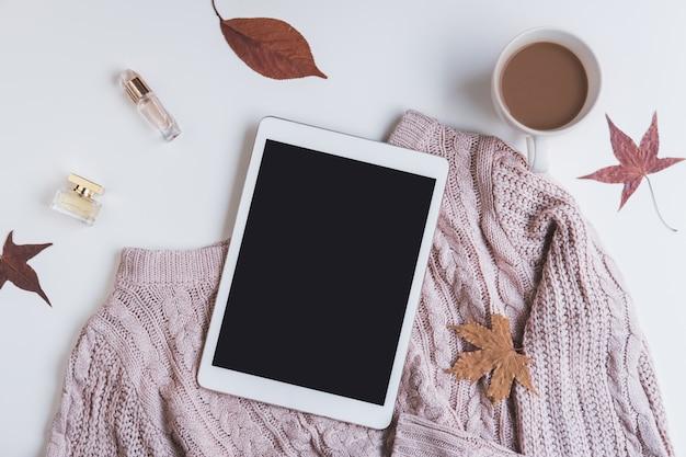 커피와 말린 단풍과 스웨터 컵, 상위 뷰 빈 화면 태블릿