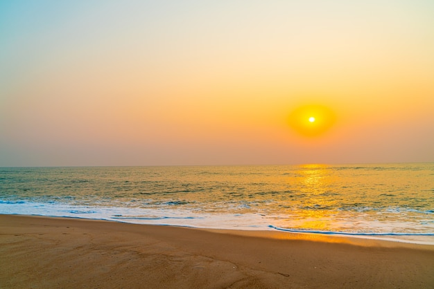 Пустой морской пляж с закатом или восходом солнца