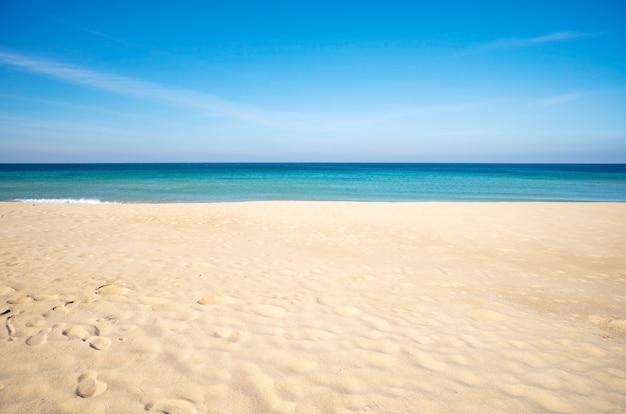 빈 바다 모래와 해변 여름 배경 복사 공간 태국 푸 켓에서 놀라운 해변 아름 다운 모래입니다.