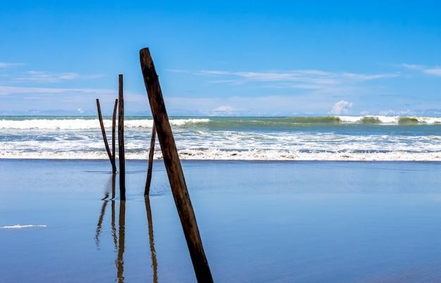 깨끗한 푸른 하늘 아래 거친 파도가 있는 빈 바다