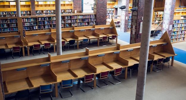 대학 도서관에서 빈 자리와 책장