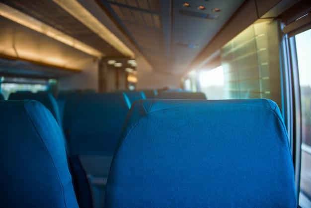 列車の窓で空席