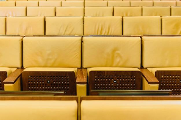 회의장 강당에서 빈 자리