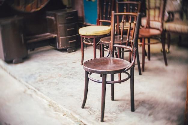 코로나바이러스 covid-19 전염병의 영향으로 카페, 레스토랑 또는 비즈니스 사무실 상점의 빈 좌석이 닫힙니다