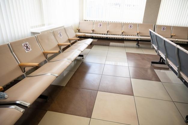 공항 라운지의 빈 좌석