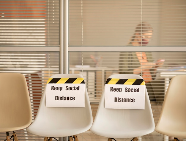 Пустые места с знаком социальной дистанции на работе