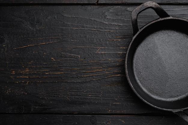 텍스트나 음식을 위한 복사 공간이 있는 음식 복사 공간이 있는 빈 서빙 음식 냄비, 검은색 나무 테이블 배경 위에 있는 평면도