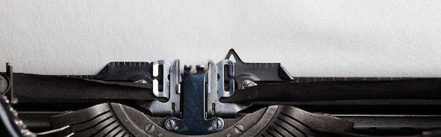 타자기에 삽입 된 텍스트 용 종이의 빈 시트.