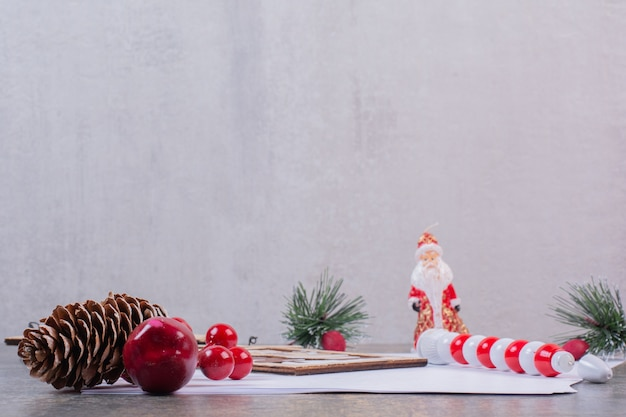 Пустые листы бумаги с рождественскими украшениями на каменной поверхности