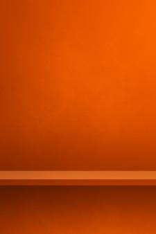 주황색 벽에 빈 선반입니다. 배경 템플릿 장면입니다. 세로 배경
